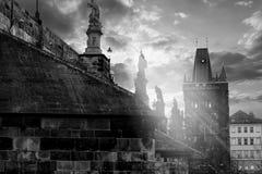 Opinión Charles Bridge en el río de Moldava en Praga fotos de archivo