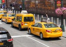 Opinión clásica de la calle de taxis amarillos en New York City Fotos de archivo libres de regalías