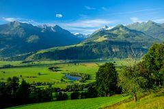 Opinión clara de la madrugada de los prados cerca de Piesendorf con el Nevado Kitzsteinhorn en el fondo imagen de archivo