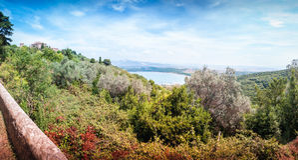 Opinión coloreada sobre el dei Baratti de Golfo de Populonia, Italia Fotografía de archivo