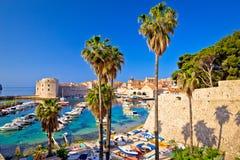 Opinión colorida del puerto de Dubrovnik de la puerta de Ploce fotografía de archivo libre de regalías