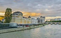 Opinión colorida dramática de la salida del sol del centro de la ciudad de Skopje, Macedonia Fotografía de archivo libre de regalías