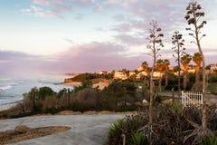 Opinión colorida viva de la ciudad del pueblo de la orilla de mar de la puesta del sol de la tarde imagen de archivo