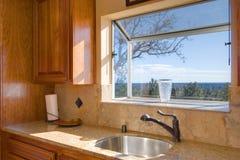 Opinión con estilo de la ventana de la cocina fotos de archivo