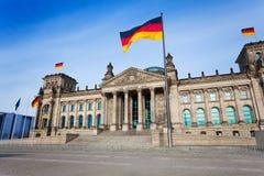 Opinión con las banderas alemanas, Berlín de la fachada de Reichstag Imágenes de archivo libres de regalías
