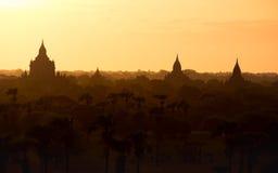 Opinión con las siluetas de templos viejos, Bagan del paisaje de la salida del sol Fotos de archivo