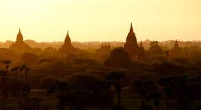 Opinión con las siluetas de templos viejos, Bagan, M del paisaje de la salida del sol Fotografía de archivo