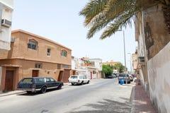 Opinión con los coches parqueados, la Arabia Saudita de la calle foto de archivo libre de regalías