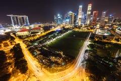 Opinión con los rascacielos urbanos, Singapur de la noche Foto de archivo