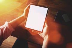 Opinión cosechada del tiro de las manos del hombre que sostienen la almohadilla táctil con la pantalla en blanco del espacio de l Foto de archivo libre de regalías