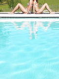 Opinión cosechada dos mujeres de Pool Imagen de archivo libre de regalías