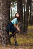 Opinión cosechada la mujer joven hermosa que camina en bosque Imagen de archivo