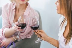opinión cosechada las muchachas que tintinean con las copas y el gasto Imagen de archivo
