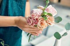 Opini?n cosechada sobre el florista creativo que hace el ramo de la flor en estudio floral Hembra joven en lugar de trabajo del w imágenes de archivo libres de regalías