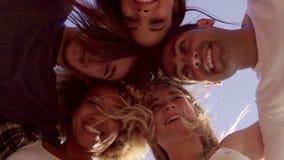 Opinión de ángulo bajo cinco amigos en un grupo