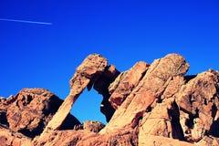 Opinión de ángulo bajo Cliff Against Sky EN el valle del fuego, estado de Nevada, América Foto de archivo