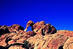 Opinión de ángulo bajo Cliff Against Sky EN el valle del fuego, estado de Nevada, América Imagen de archivo libre de regalías