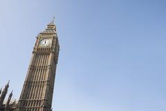 Opinión de ángulo bajo de Big Ben contra el cielo claro en Londres, Inglaterra, Reino Unido Foto de archivo