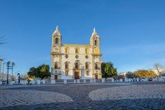 Opinión de ángulo bajo de la catedral de Sé en la ciudad de Faro, Portugal Imagenes de archivo