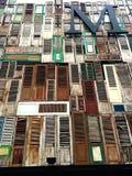 Opinión de ángulo bajo de la letra M en el edificio cubierto con los paneles de la ventana Fotos de archivo libres de regalías
