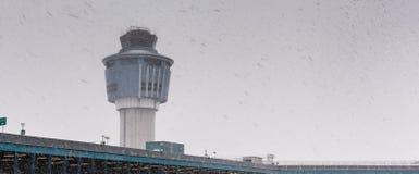 Opinión de ángulo bajo de la torre de controlador aéreo adentro Imagen de archivo libre de regalías