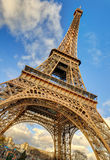 Opinión de ángulo bajo de la torre Eiffel en París Imagen de archivo libre de regalías