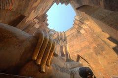 Opinión de ángulo bajo de una estatua antigua gigante de Buda en el templo Wat Si Chum en el parque histórico de Sukhothai, Taila Fotografía de archivo