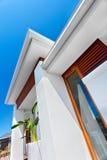 Opinión de ángulo bajo de una mansión moderna con el fondo del cielo azul imagen de archivo