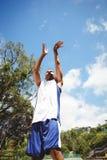 Opinión de ángulo bajo del baloncesto practicante del adolescente masculino Fotos de archivo