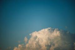 Opinión de ángulo bajo del cielo azul Foto de archivo