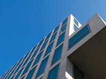 Opinión de ángulo bajo del edificio contemporáneo cantilevered contra el cielo azul foto de archivo libre de regalías