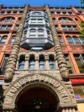 Opinión de ángulo bajo del ladrillo rojo adornado y del edificio pionero concreto imágenes de archivo libres de regalías