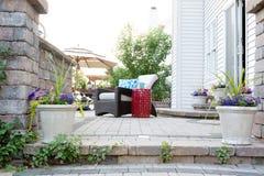 Opinión de ángulo bajo del patio de piedra del hogar opulento foto de archivo libre de regalías