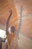 Opinión de ángulo bajo el adolescente en cancha de básquet Foto de archivo