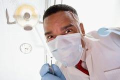 Opinión de ángulo bajo el dentista y la enfermera dental imagen de archivo