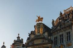 opinión de ángulo bajo de estatuas en edificios antiguos imagenes de archivo