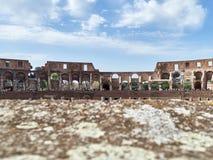 Opinión de ángulo bajo interior del Colosseum con los turistas durante el día Imágenes de archivo libres de regalías