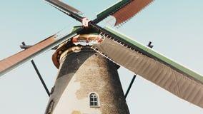 opinión de ángulo bajo 4K del molino de viento viejo tradicional netherlands Herencia histórica holandesa Molino rústico de la gr almacen de video