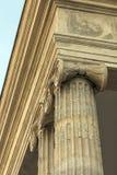 Opinión de ángulo bajo de los capitales y del friso iónicos de columna de la orden foto de archivo libre de regalías
