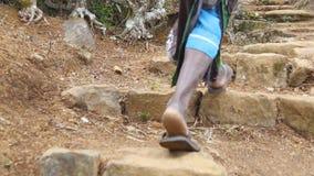 Opinión de ángulo bajo de los pies femeninos indios que suben de la escalera de piedra antigua en la colina Siguiente a la mujer  almacen de metraje de vídeo