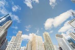 Opinión de ángulo bajo de los rascacielos de Chicago debajo del cielo azul de la nube imagen de archivo