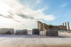 Opinión de ángulo bajo de los restos antiguos de la acrópolis de Lindos fotos de archivo