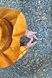 Opinión de ángulo bajo minimalista el niño que juega con la arena Concepto de la creatividad de la ni?ez fotos de archivo libres de regalías