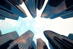 Opinión de ángulo bajo de rascacielos Rascacielos en la puesta del sol que mira para arriba perspectiva Vista inferior de rascaci ilustración del vector