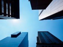 Opinión de ángulo bajo de rascacielos modernos en Seúl, Corea del Sur Perspectiva de debajo fotografía de archivo