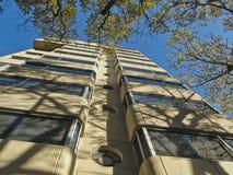 Opinión de ángulo bajo de un edificio residencial en Colonia Condesa en Ciudad de México, México Imagenes de archivo