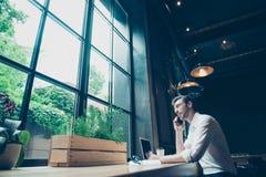 Opinión de ángulo bajo un hombre joven acertado, teniendo un conv del negocio fotografía de archivo