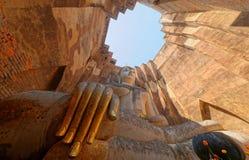 Opinión de ángulo bajo de una estatua antigua gigante de Buda en el templo Wat Si Chum en el parque histórico de Sukhothai, Taila Imagen de archivo