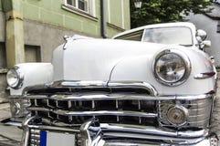 Opinión de ángulo blanca clásica americana del frente del oldtimer del cromo, neoyorquino 1950 de Chrysler Imagen de archivo