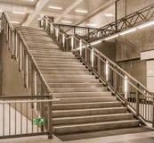 Escaleras en un ferrocarril del metro - Berlín Hauptbahnhof, U55 Fotografía de archivo